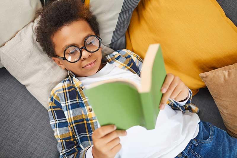 kid reading a bppl